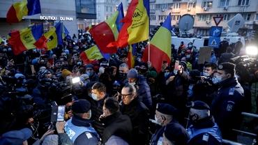 """Protest AUR în fața Ministerului Sănătății și la Matei Balș. Se scandează """"Demisia"""", Jos Iohannis"""", """"Asasinii"""""""