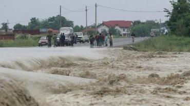 Ploile fac prăpăd! Sute de persoane au fost afectate de inundații. Cod roșu în mai multe zone