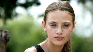"""Ce s-a întâmplat cu """"păpușa de la Glina"""" comparată cu Angelina Jolie, după ce a apărut în revistă. La 14 ani face…"""