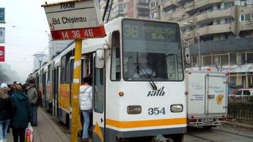Accident grav în Capitală. Un tramvai a deraiat și a lovit două mașini. Care este cauza