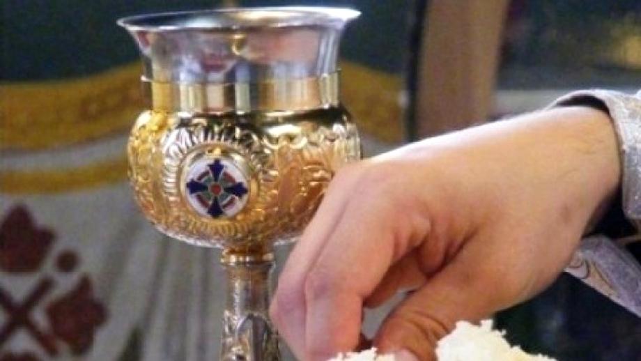 Biserica Ortodoxă Română nu concepe să renunțe la împărtășania cu aceeași linguriță, în ciuda pandemiei de Covid-19