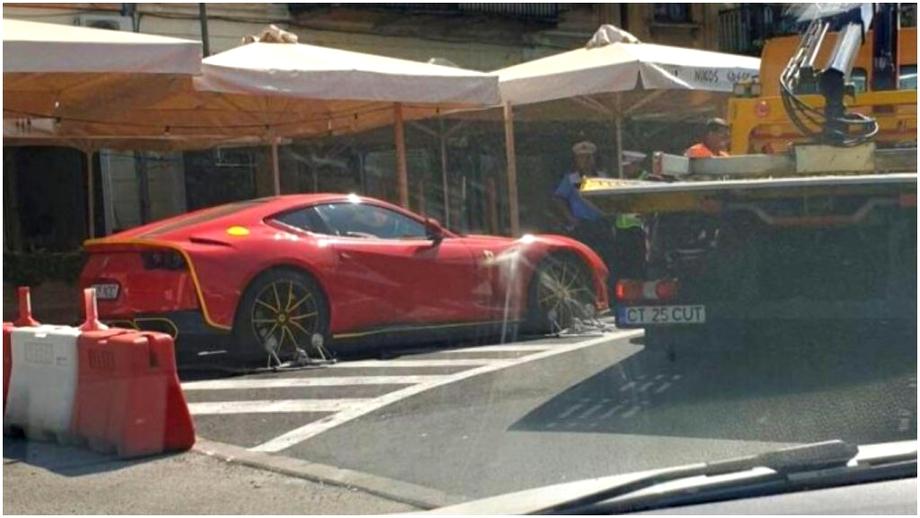 Surpriză pe litoral! Un celebru milionar din România, lăsat de Poliția Locală fără bolidul Ferrari parcat neregulamentar
