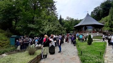 Mii de oameni s-au înghesuit la mormântul lui Arsenie Boca. Nu s-au purtat măști și s-a ignorat distanțarea socială