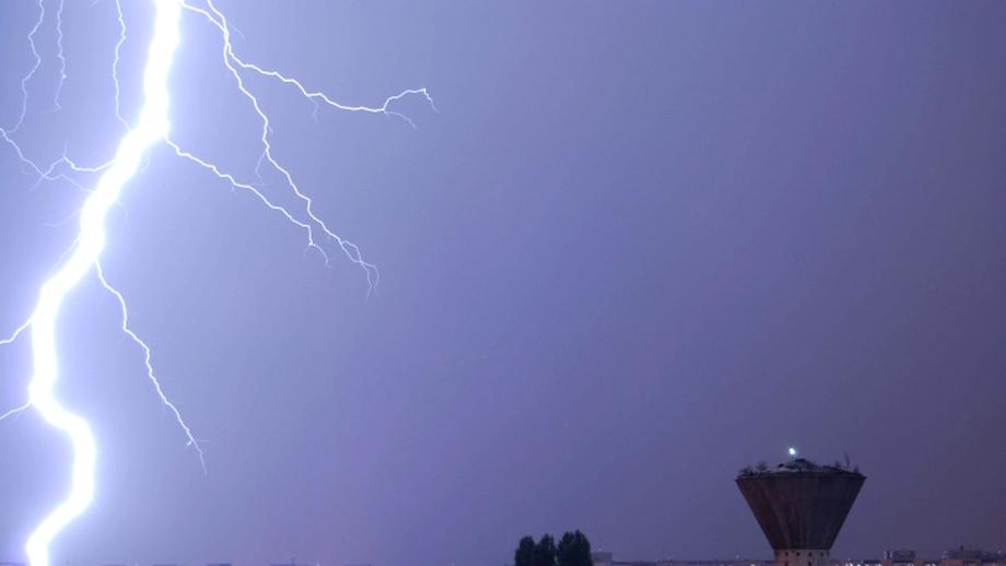Atenţionare de furtună, grindină şi vreme rea pentru mai multe judeţe