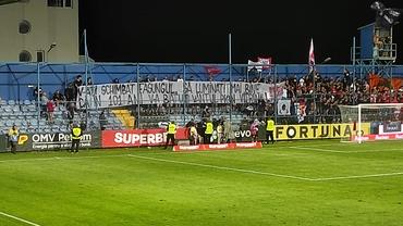 Duelul galeriilor în Farul Constanța - Dinamo! Ce bannere au afișat suporterii celor două echipe