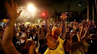 Brazilienii au ieşit din NOU în stradă...de BUCURIE!