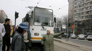 Accident în Capitală. Un tramvai s-a rupt în două după ce a deraiat.
