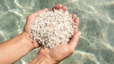 Român prins pe aeroport cu nisip furat de pe o plajă protejată. Ce pedeapsă riscă bărbatul