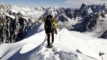Cine este, de fapt, tânărul care a supraviețuit după ce a rămas blocat noaptea în vârful muntelui