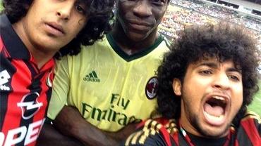 VIDEO / NEBUNIE! Doi suporteri au INTRAT pe teren pentru un selfie cu Mario Balotelli! Vezi reacţia italianului