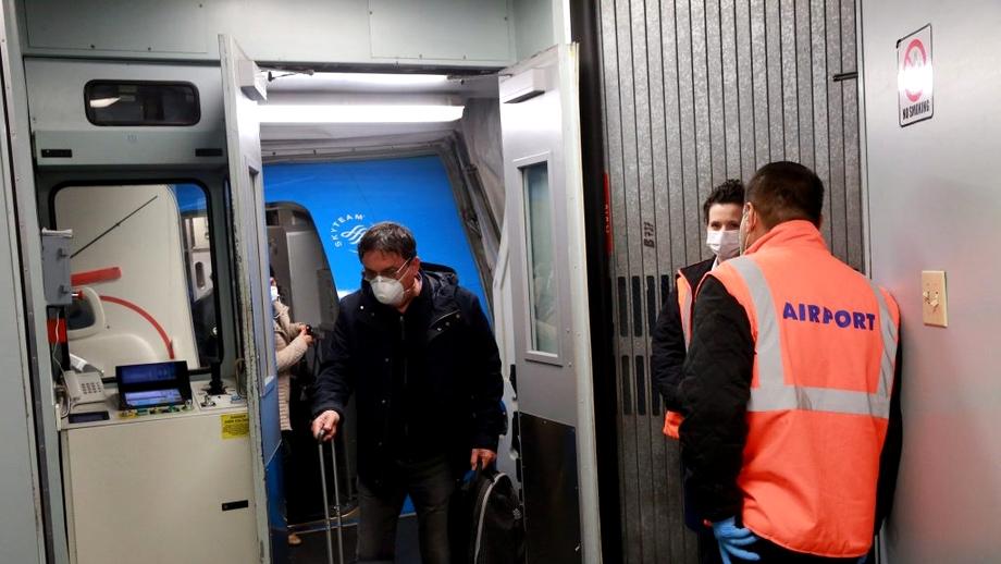 Adevărata față a repatrierii românilor din Italia - zboruri umanitare la suprapreț, oameni batjocoriţi şi ţinuţi în frig în carantină: