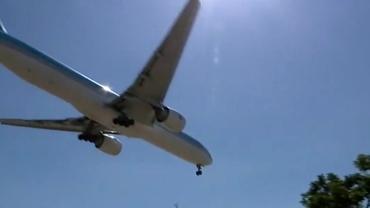 Un bărbat care zbura printre avioane le-a dat emoții piloților, pe aeroportul din Los Angeles. FBI investighează cazul. Video