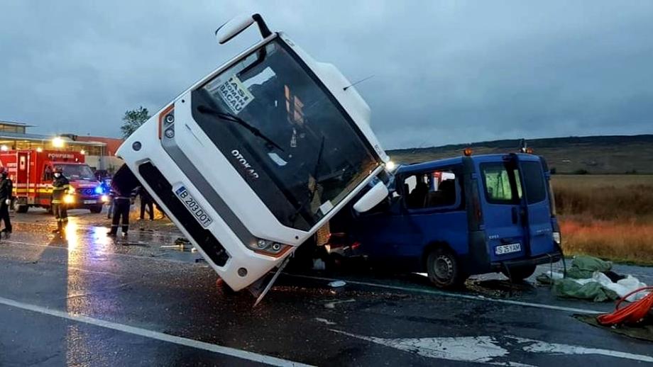 Accident grav între între un TIR, un autobuz și o dubiță: un mort și 13 răniți. A fost activat planul roșu. Update