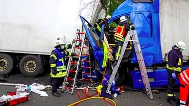 Șofer român de TIR, în stare gravă, după ce a fost strivit într-un accident pe o autostradă din Germania. Video