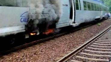 Un tren cu 200 de călători a luat foc pe ruta București - Brașov.  Pompierii și ambulanțele au fost chemați de urgență