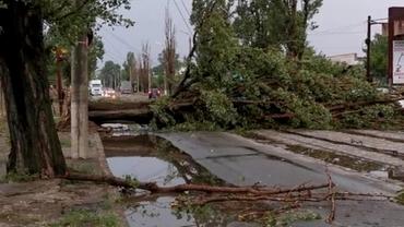 Vreme apocaliptică în România! Zeci de localități au fost măturate de vijelie, oamenii sunt disperați. Video