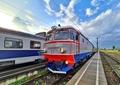 Accident feroviar grav la Miercurea Ciuc. Două persoane au murit după ce un tren a lovit o mașină, iar aceasta a luat foc