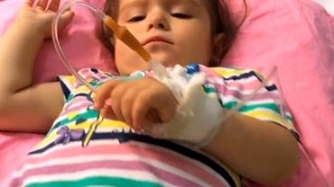 O fetiță de doi ani din Dâmbovița, care suferă de o boală rară, poate fi salvată. Are nevoie de ajutorul tuturor