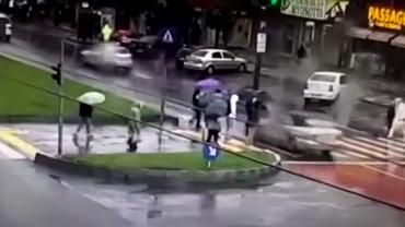 Doi tineri din Galați, loviți de mașină pe trecerea de pietoni. Imaginile, surprinse de camere. Video