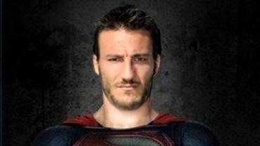 Piovaccari se crede SUPERMAN, Lato e un hipiot rebel