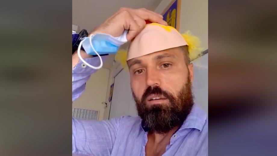 """Un profesor din Oradea s-a filmat în timp ce îndeamnă elevii să nu respecte regulile de protecție: """"Jos botnița la copii!"""". Video"""