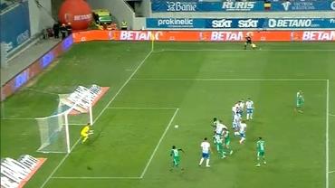 Greşeli de arbitraj în U Craiova – Sepsi! Ambele goluri s-au marcat din ofsaid şi penalty inventat. Video