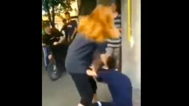 Noi imagini revoltătoare în România. Adolescentă de 16 ani, bătută de o fată de 13 ani. Video