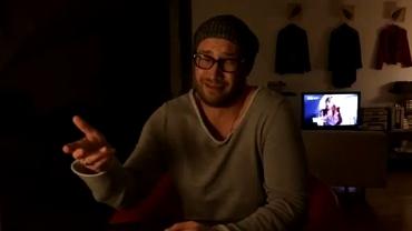VIDEO / Rîzi în HOHOTE: cum îi imită Bendeac, în propria sufragerie, pe Ienei, Gigi Becali, Giovanni şi pe Hagi!