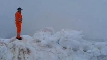 Zăpadă de 5 metri pe Transalpina! Drumarii au intervenit prin nămeți VIDEO
