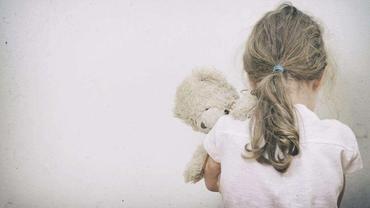 Fetiță de 10 ani, violată şi filmată de trei adolescenți într-o toaletă publică din Ploiești. Dosar penal deschis de Poliție