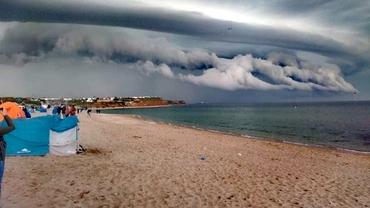 Furtună la mare! Norii bizari care au speriat turiștii de la Vama Veche FOTO