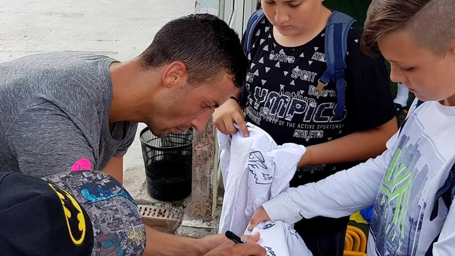 Jucătorii de la FCSB, asaltaţi de fani în cantonamentul din Braşov. Foto+video