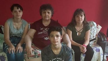 Trei fraţi, crescuţi de bunica imobilizată la pat după ce părinţii i-au abandonat: