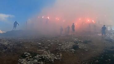 Suporterii Stelei, show pirotehnic la Crucea Eroilor de pe Muntele Caraiman. I-au omagiat pe eroii din Primul Război Mondial. Video