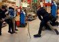Supărat că nu a fost primit fără mască în magazin, un bărbat a început să ameninţe clienţii cu un cuţit. Video