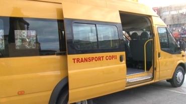 O fetiță de 13 ani nu a fost lăsată să se urce în microbuzul școlar. Șoferul a jignit-o pentru că este de etnie romă
