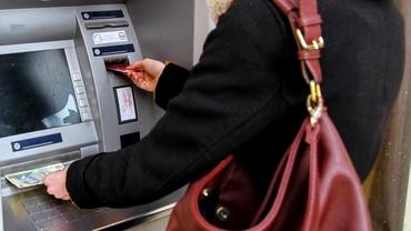 O metodă de înșelătorie la bancomat face mii de victime. Infractorii ne pot goli cardurile fără să realizăm