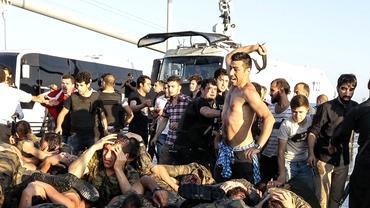 VIDEO ŞOCANT. Soldaţii pucişti, bătuţi de protestatari. S-au predat pe Podul Bosfor