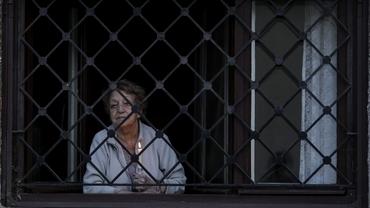 Video. Paşte fără credincioşi la biserică şi cu lumină împărţită acasă. Imagini pentru istorie de la o Înviere atipică. Imagini de azi noapte din Bucureşti