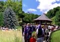 Mormântul lui Arsenie Boca de la Prislop, vizitat de mii de pelerini. Imagini cu banii lăsați în urmă de vizitatori