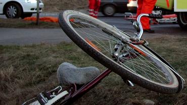 Grav accident în Argeș. Trei adolescenți aflați pe biciclete, loviți de o mașină. Doi sunt în comă la spital
