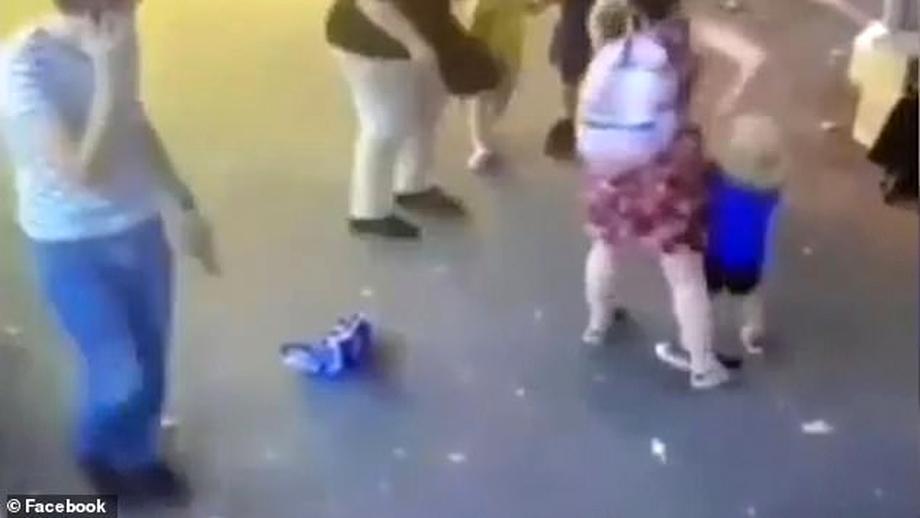 O femeie a înjunghiat un copil, apoi l-a atacat pe al doilea sub ochii părinților. Video cu momentul înfiorător