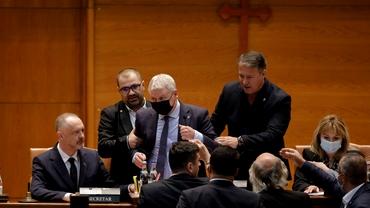 """Scandal la citirea moțiunii în Parlament. Florin Roman a fost alungat de la prezidiu: """"Voi face plângere penală"""". Update"""