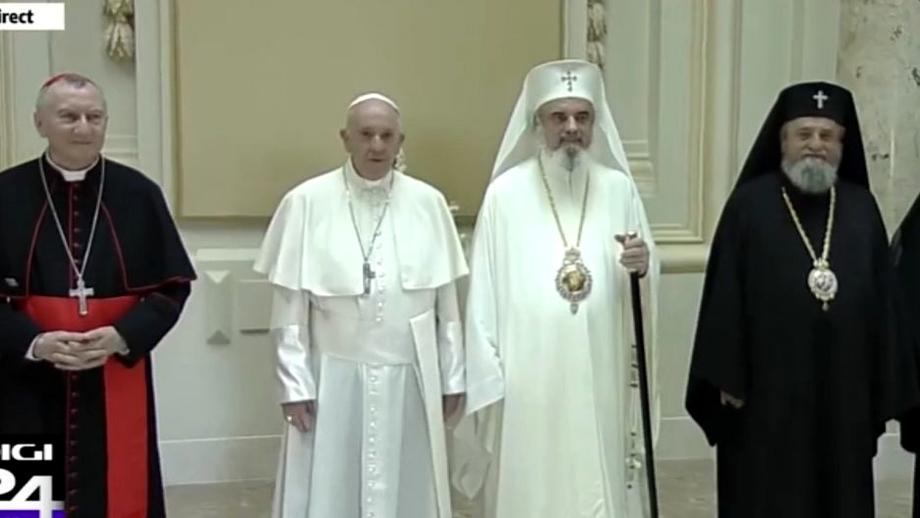 Cum a fost primit Papa Francisc de Patriarhul Daniel. Ce veșmânt a purtat Preafericitul FOTO