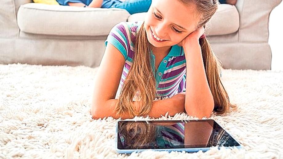 """Monica Anisie promite 30 de milioane de euro pentru """"laptopuri, tablete și internet pe 2 ani"""" pentru 250.000 de copii defavorizați"""