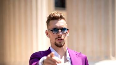 Ionuț Radu, apariție extravagantă într-un costum mov! Imaginile s-au viralizat! Valuri de comentarii pe net: