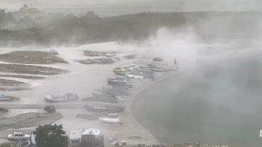 Furtună puternică la Constanța. Ploi torențiale și valuri de nisip pe litoral. Video