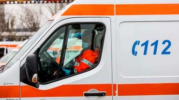 Un tânăr a ajuns la spital, după ce un amic l-a lovit cu o bâtă în cap, într-o comună din Dâmbovița. Video