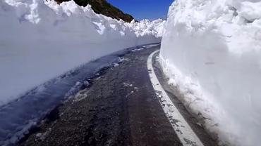 Imagini spectaculoase cu deszăpezirea de pe Transfăgărășan. Zăpada măsoară 6 metri. Video