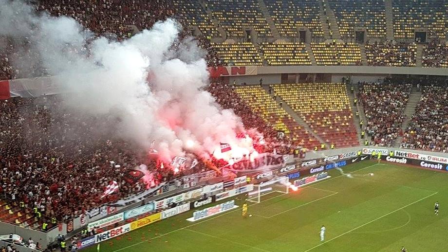 Derby-ul FCSB-Dinamo, întrerupt 3 minute! Fanii au aruncat cu torțe în teren